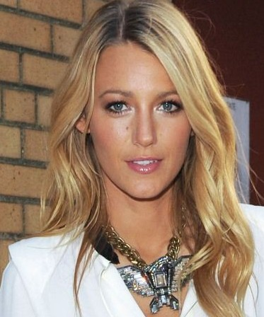 Blake-Lively-opens-her-eyes-with-a-white-iridescent-eyeshadow-in-the-inner-corner-of-the-eye-and-Glitter-Makeup-For-The-Every-Holidays
