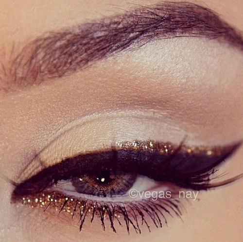 Gold glitter liner on the eyes
